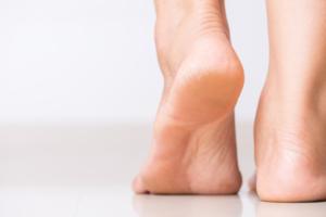 Sucha i szorstka skóra stóp to uciążliwy problem. Jak pielęgnować stopy latem i mroźną zimą, aby były gładkie? Po jakie kremy do stóp sięgać?